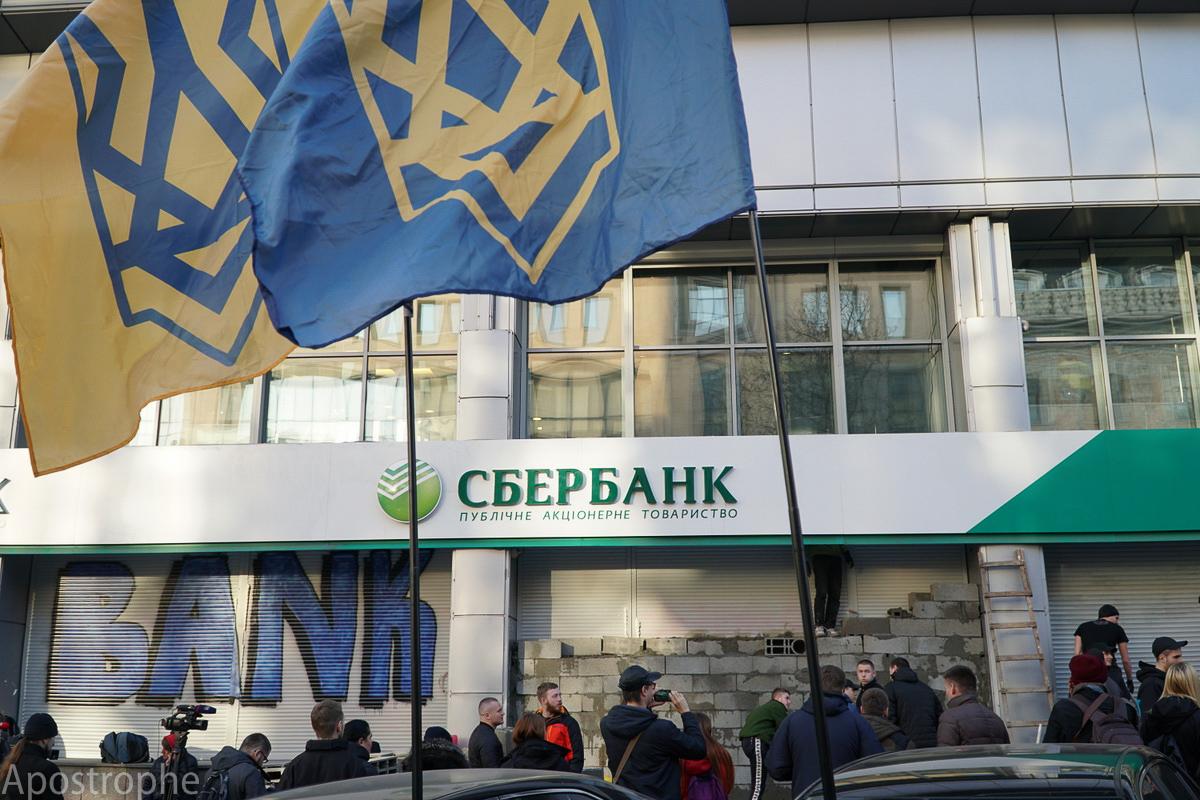 Важно разграничивать банки с российским государственным капиталом, которые напрямую связаны с агрессором и банки с капиталом частных лиц