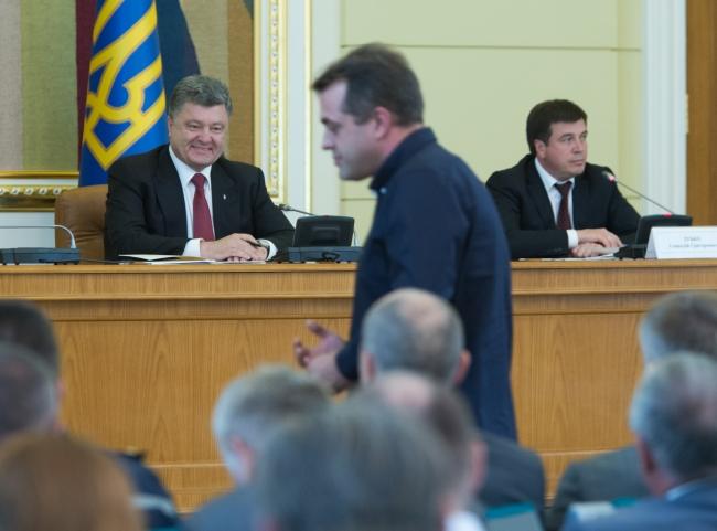 Глава государства предложил освободить от налогов волонтеров, помогающих бойцам в зоне АТО