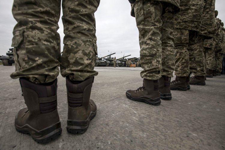 Военный эксперт рассказал о реальности анонсированного Порошенко перехода на полностью контрактную армию