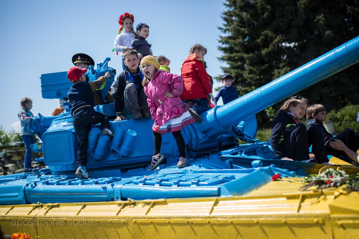 В Украине официально зарегистрировано 170 тыс. детей-переселенцев, а многие все еще живут под обстрелами
