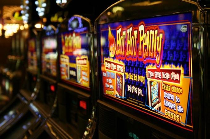Обменники, ломбарды и спиртное рядом или на самих лотерейных точках - сегодня обычное явление