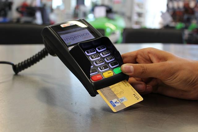 Как государство ставит палки в колеса инициативам по развитию электронных платежей