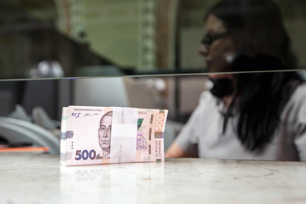 Зарплаты многих госслужащих не дотягивают до адекватного уровня