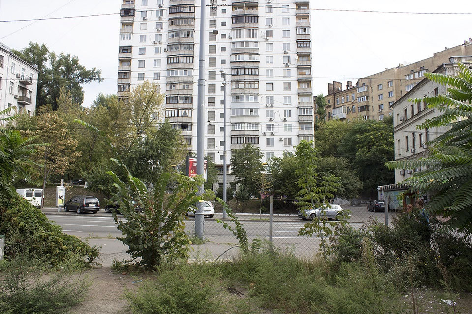 Что появится на столичной улице Саксаганского – сквер и культурный центр или серая высотка?