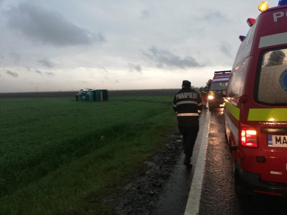 ВРумынии торнадо перевернул пассажирский автобус