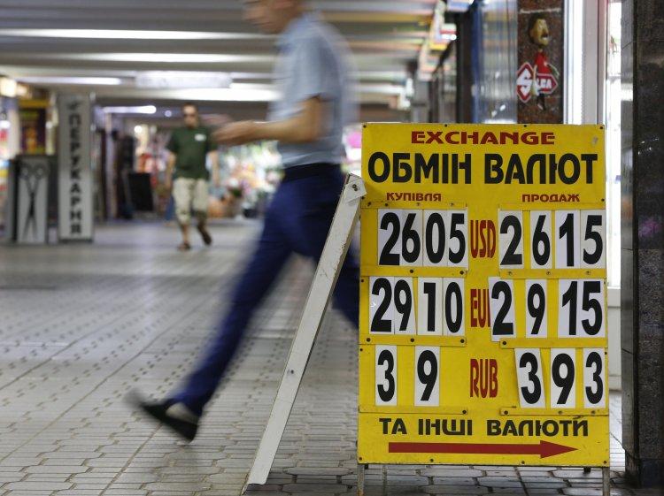 Падіння курсу гривні можуть спричинити дестабілізація банківської системи, перевибори та ескалація конфлікту на Донбасі