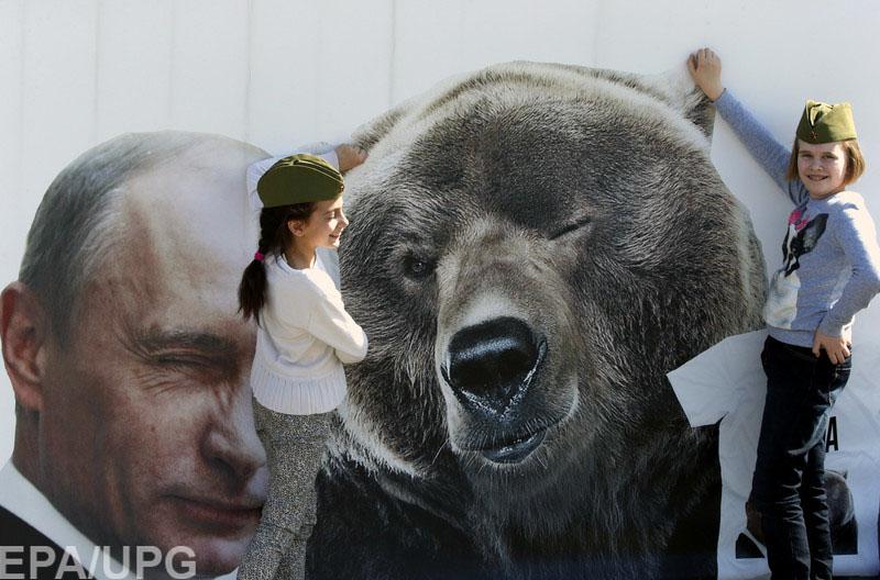 Арестович сравнил Россию с медведем, которого поймали в капкан и методично бьют по голове