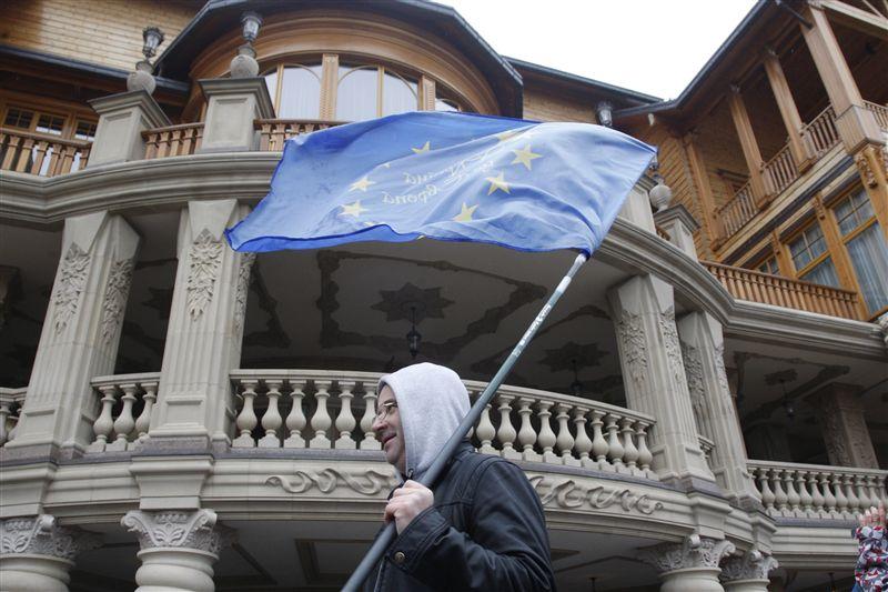 Пока Янукович с компанией находились в розыске и особо не скрывались, их должны были бы задержать правоохранители России