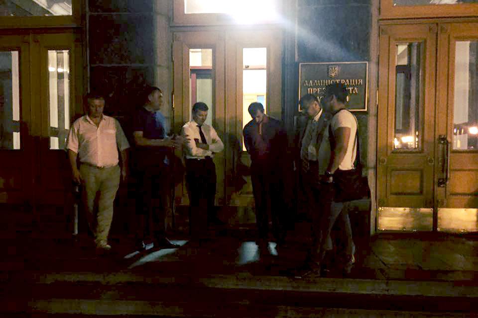 """Пользователи соцсетей раскритиковали ночной штурм """"радикалами"""" здания администрации Порошенко"""