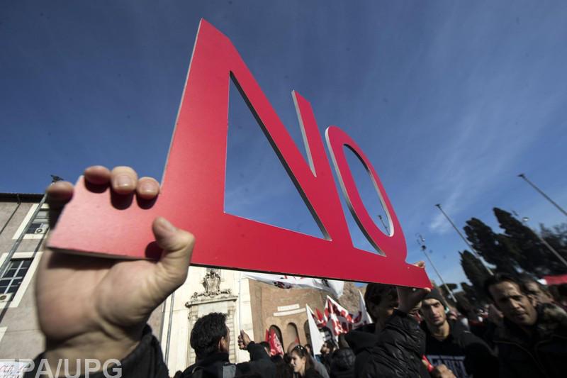 Итальянцы будут голосовать за изменения в Конституцию и решать судьбу своего премьера