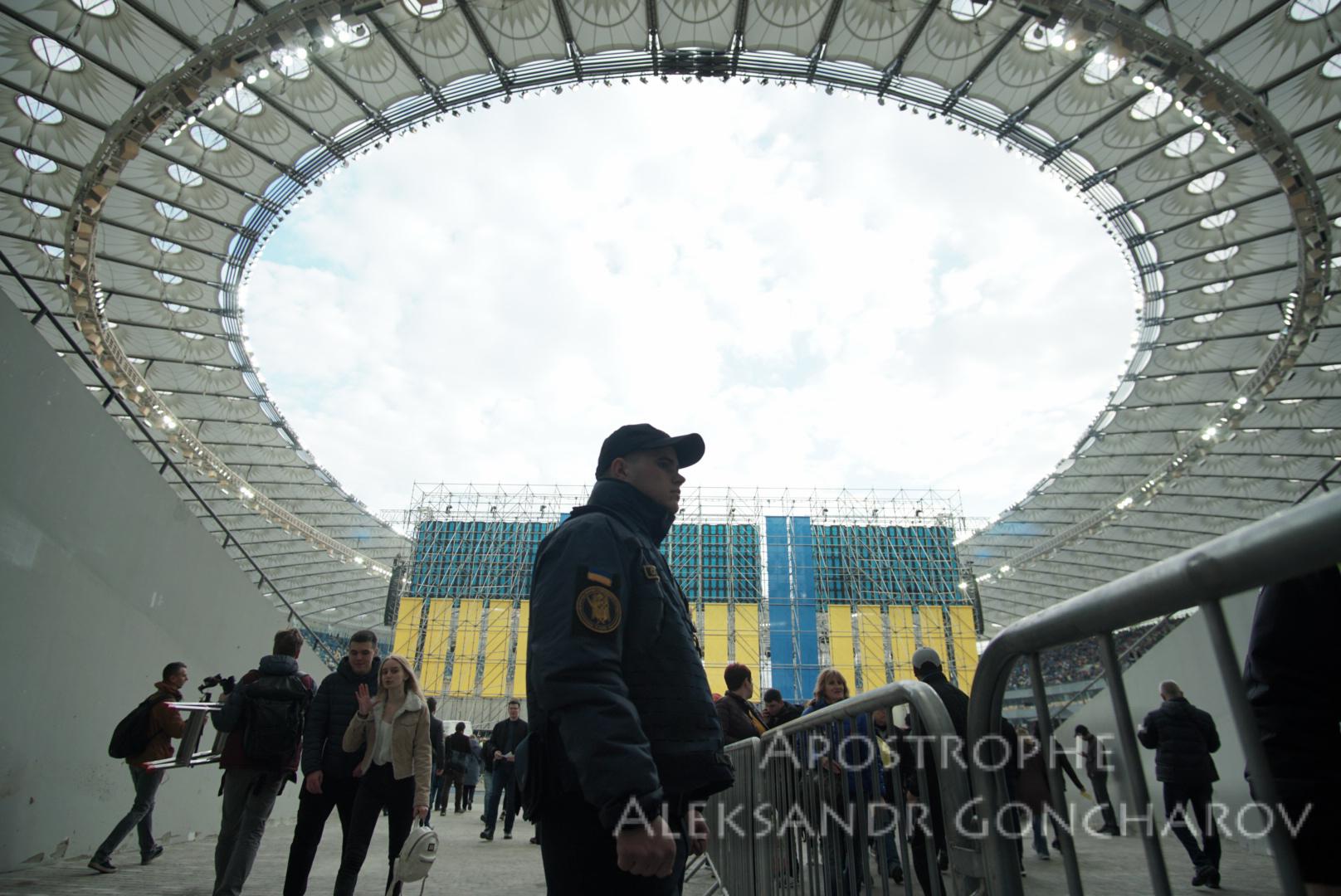 Украинцы продолжают обсуждать дебаты между Порошенко и Зеленским
