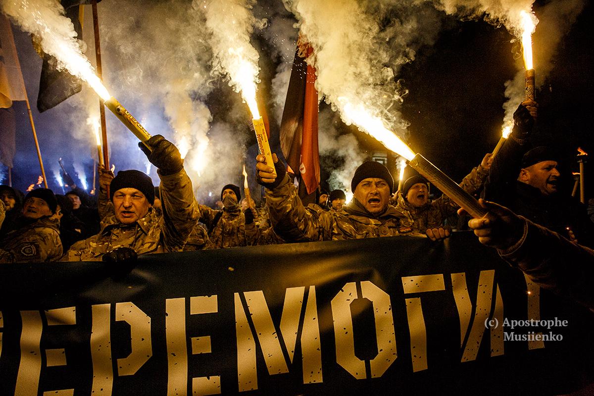 """Активісти з ГК """"Азов"""", ДУК """"Правий сектор"""" і С14 влаштували в Києві марш зі смолоскипами і фаєрами"""