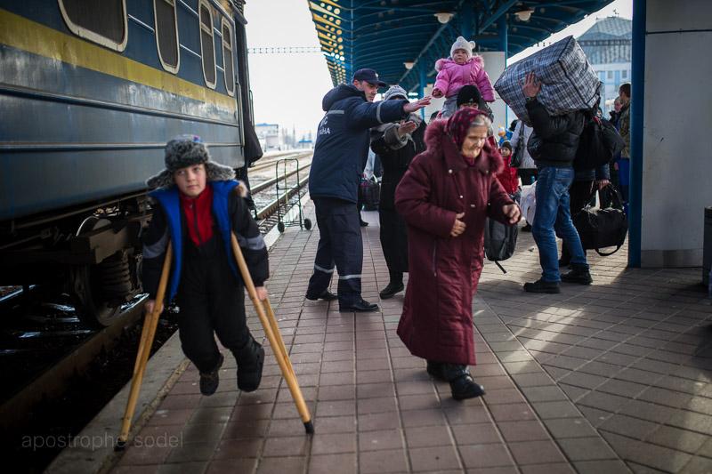 Корреспондент А' вместе со спасателями встречал на киевском железнодорожном вокзале людей, бежавших из-под обстрелов