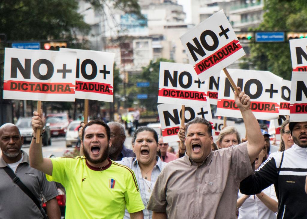 Болтон высмеял отключение света Мадуро наего выступлении