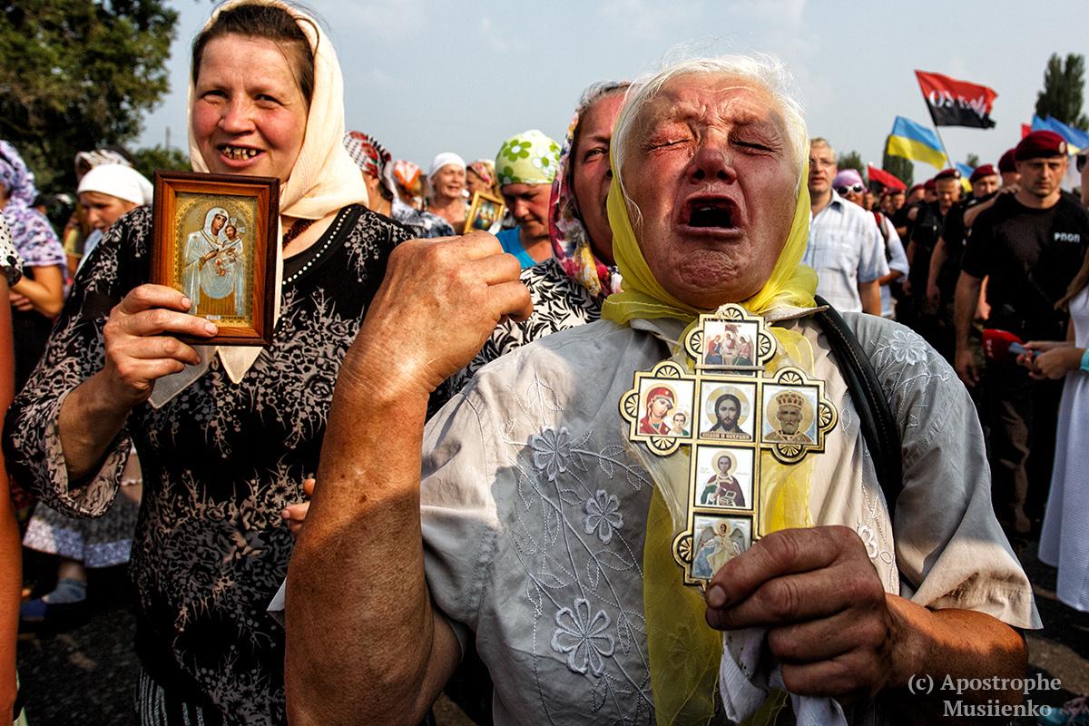 """Участникам крестного хода пришлось идти в обход города Борисполь, опасаясь """"теплого"""" приема от протестующих"""