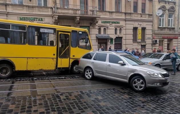 ВоЛьвове из-за отказа тормозов маршрутка разбила 5 авто
