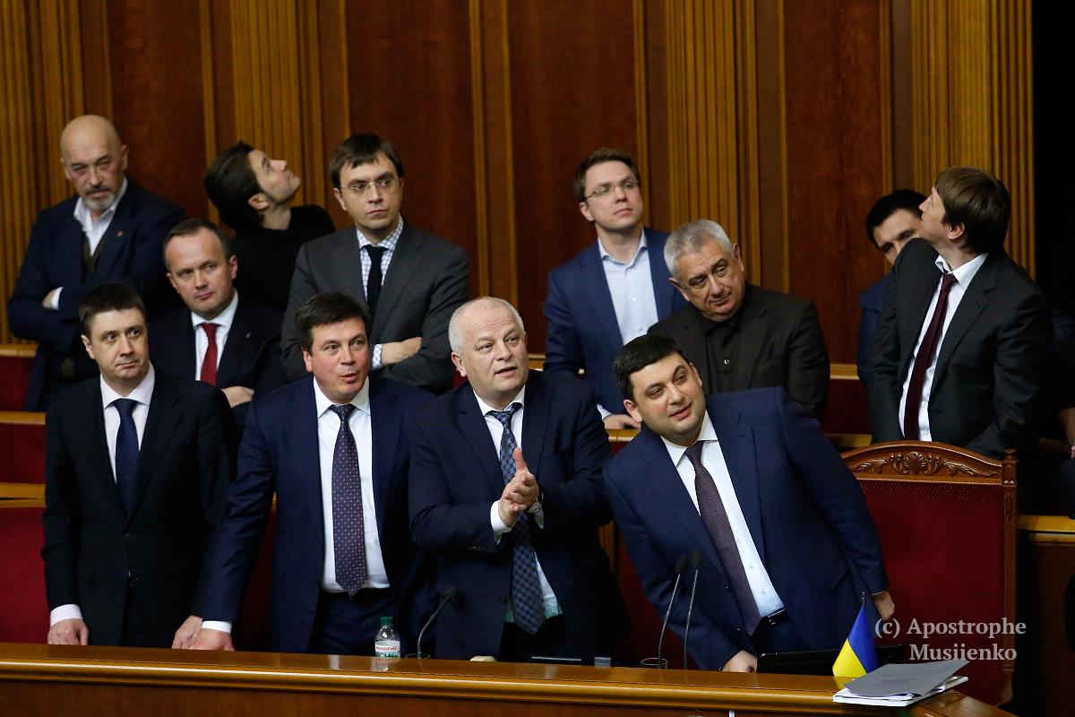 После голосования довольные и не очень депутаты поспешили в гардероб