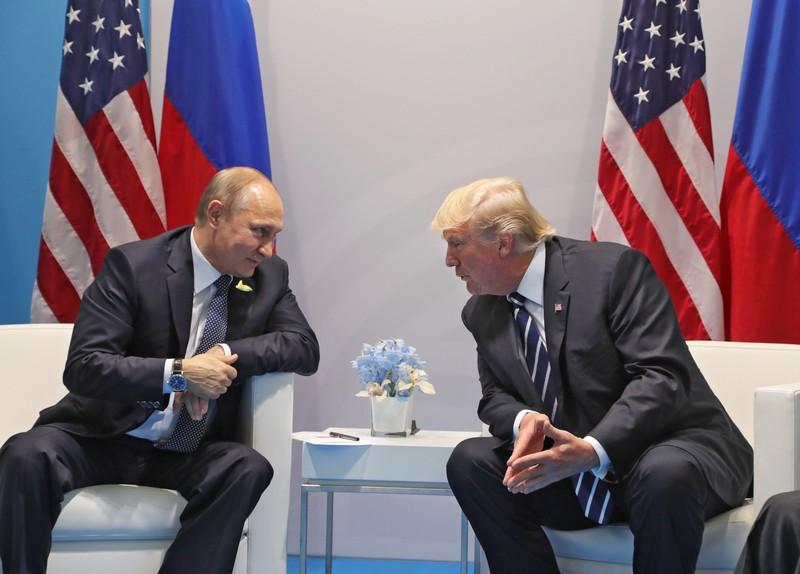 Чем упорнее Трамп идет навстречу Путину, тем агрессивнее в отношении России становится американские элиты