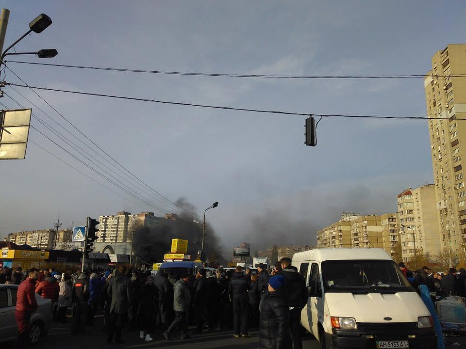 ВКиеве около рынка «Харьковский» прошел пикет, митингующие зажгли шины