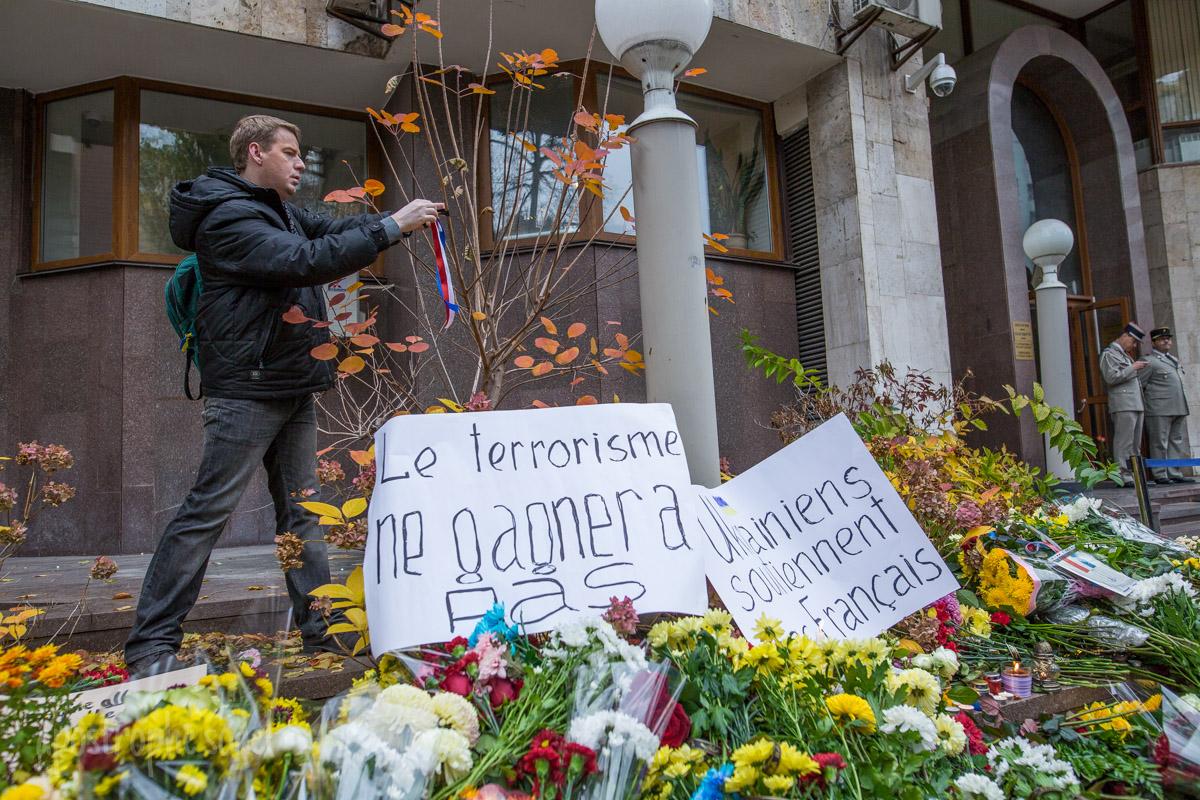 Киевляне несут к посольству Франции цветы и свечи
