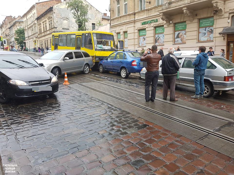 Масштабное ДТП воЛьвове: маршрутка разбила 5 авто