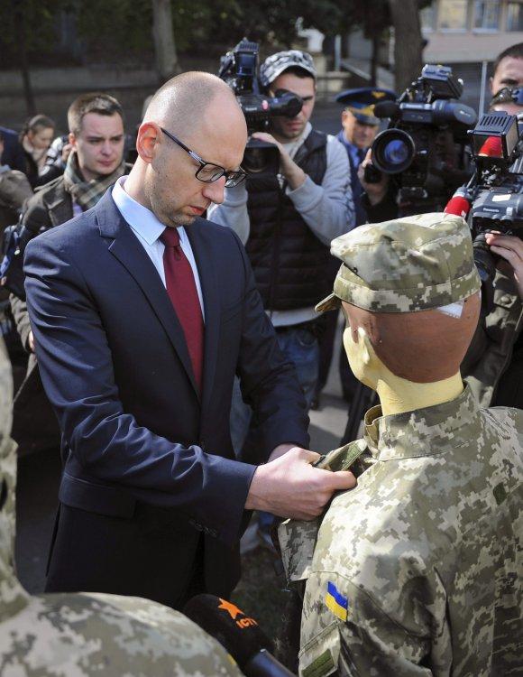 Арсений Яценюк изучил качество обмундирования, которое планируется направить в войска