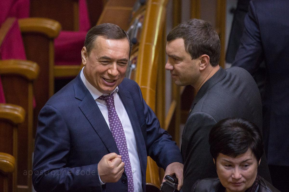 Благодаря уходу своего партийного соратника Яценюк надеется сохранить кресло премьера