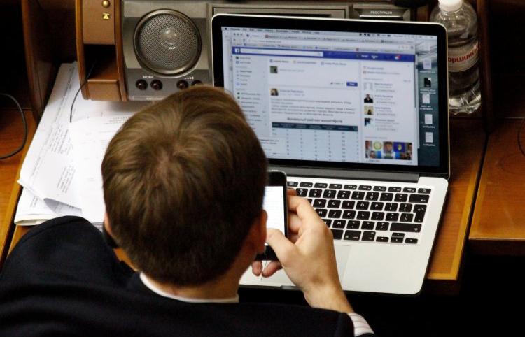 Майже всі політичні партії активно використовують проплачених ботів в соціальних мережах