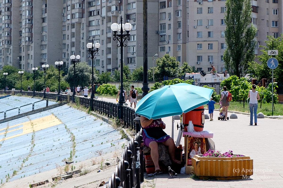 В качестве защиты от зноя киевляне используют даже городские фонтаны