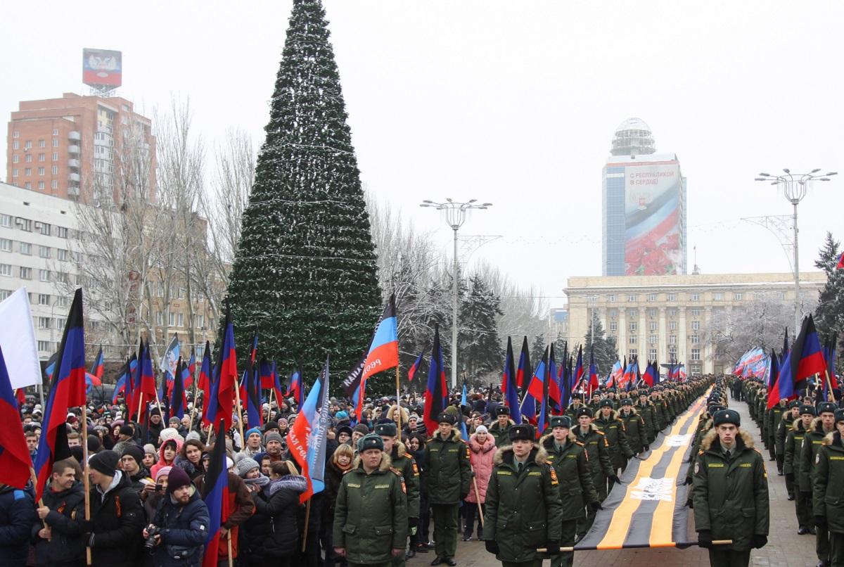 """Жизнь в """"ДНР"""" замерла между Россией и Украиной"""