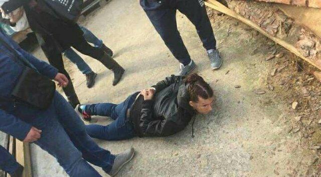 Мужчина похищает девушку видео