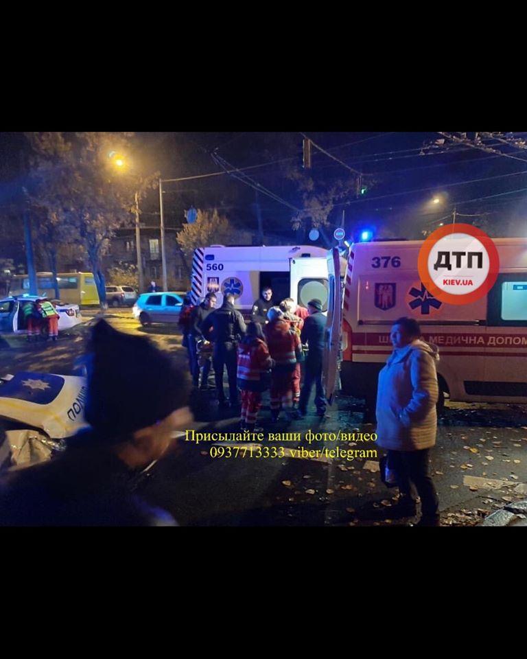 Женщина вылетела через окно: в Киеве произошло жуткое ДТП с авто полиции