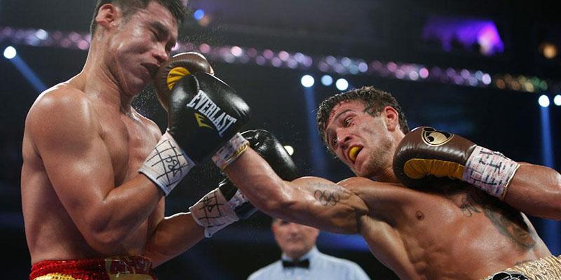 Украинец отстоял титул чемпиона мира, несмотря на травму руки