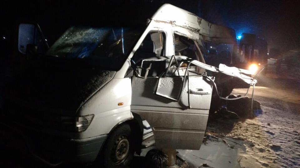 НаДнепропетровщине грузовой автомобиль врезался вавтобус, 5 человек погибли