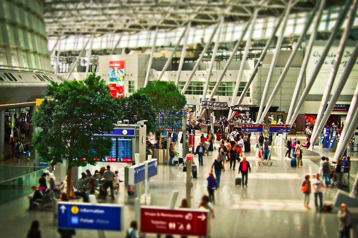 Почему пассажирам крупнейшего аэропорта приходится ожидать рейсов впроголодь и без комфорта