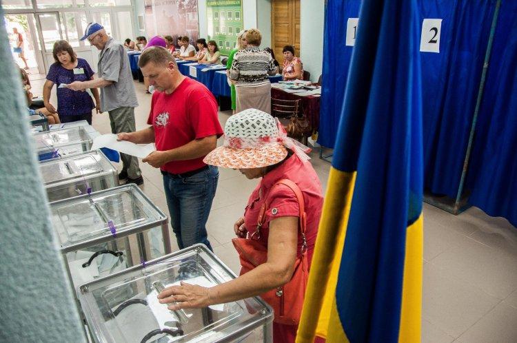 Пенсионеры, низкая явка и взаимные обвинения кандидатов: как проходили промежуточные выборы в парламент 17 июля