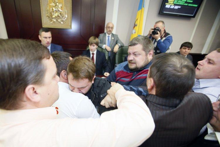 В Киевсовете подготовлен кодекс этики, запрещающий ругаться, драться и перебивать друг друга