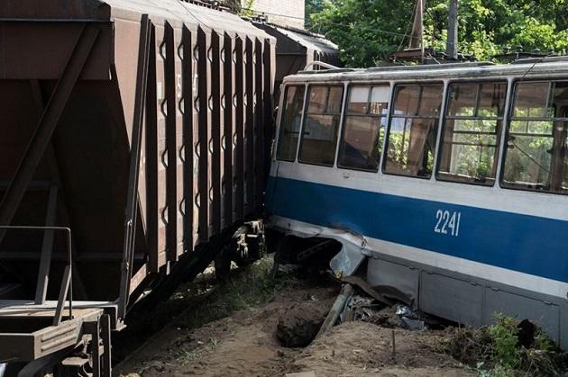Поезд столкнулся страмваем вДнепре: есть погибший