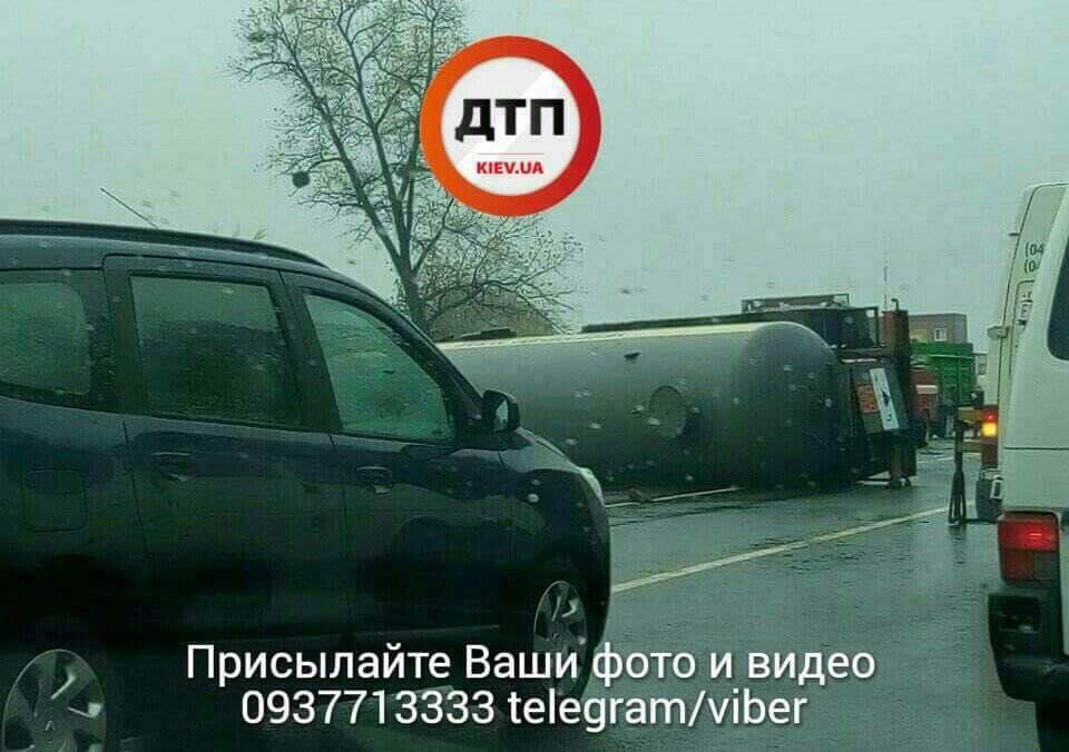 НаОдеській трасі під Києвом перекинувся бензовоз, проїзд обмежено