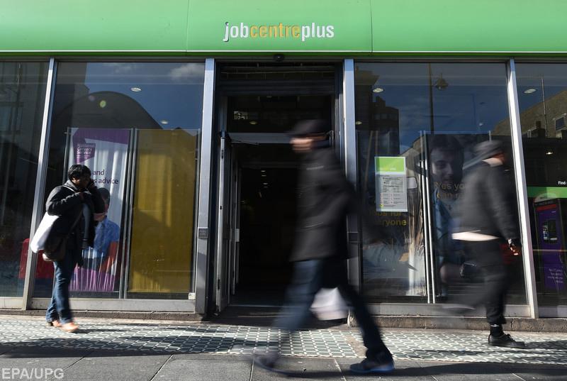 Высокий уровень безработицы создает благодатную почву для появления антисистемных политических партий, которые могут угрожать выживанию еврозоны