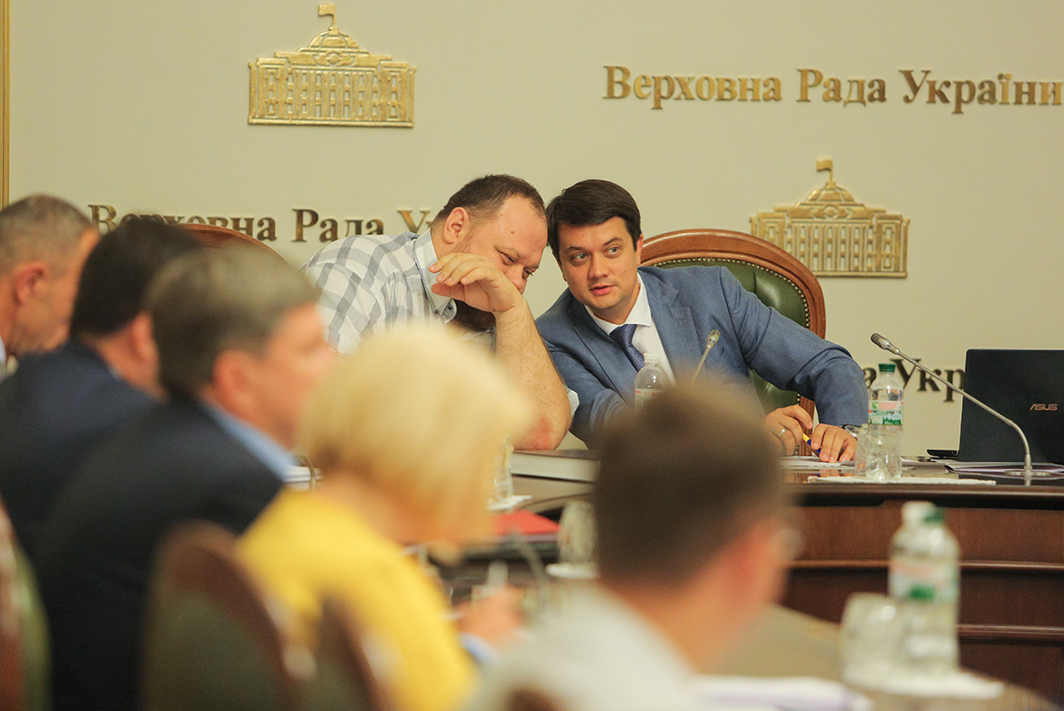 """Партия """"Слуга народа"""" захватывает власть в комитетах"""