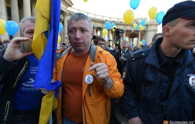 Жители России ссине-желтыми флагами протестуют против войны с Украинским государством: красноречивые фото