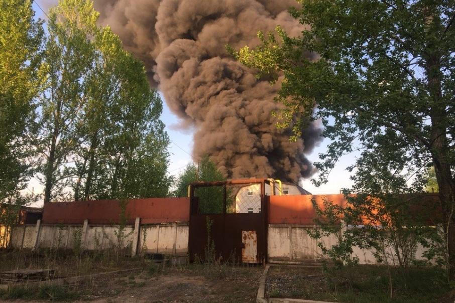 Площадь пожара наскладе скраской вЯрославле составляет 500 «квадратов»