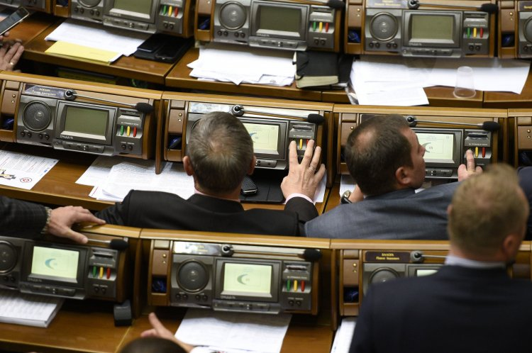 Кнутом и пряником: АП использует интересные методы для привлечения голосов в Раде