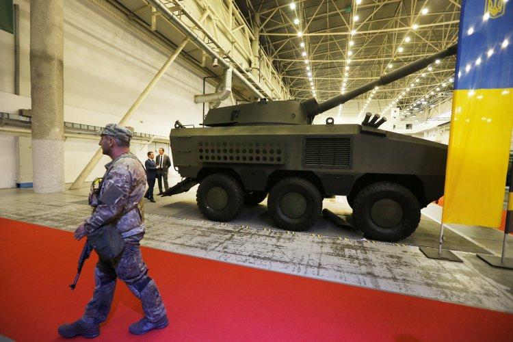 """На выставке """"Оружие и безопасность-2016"""" продемонстрировали первых отечественных боевых роботов и другую технику"""