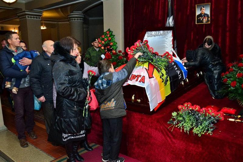 """Соцсети бурно отреагировали на похороны главаря """"Спарты"""" в Донецке"""