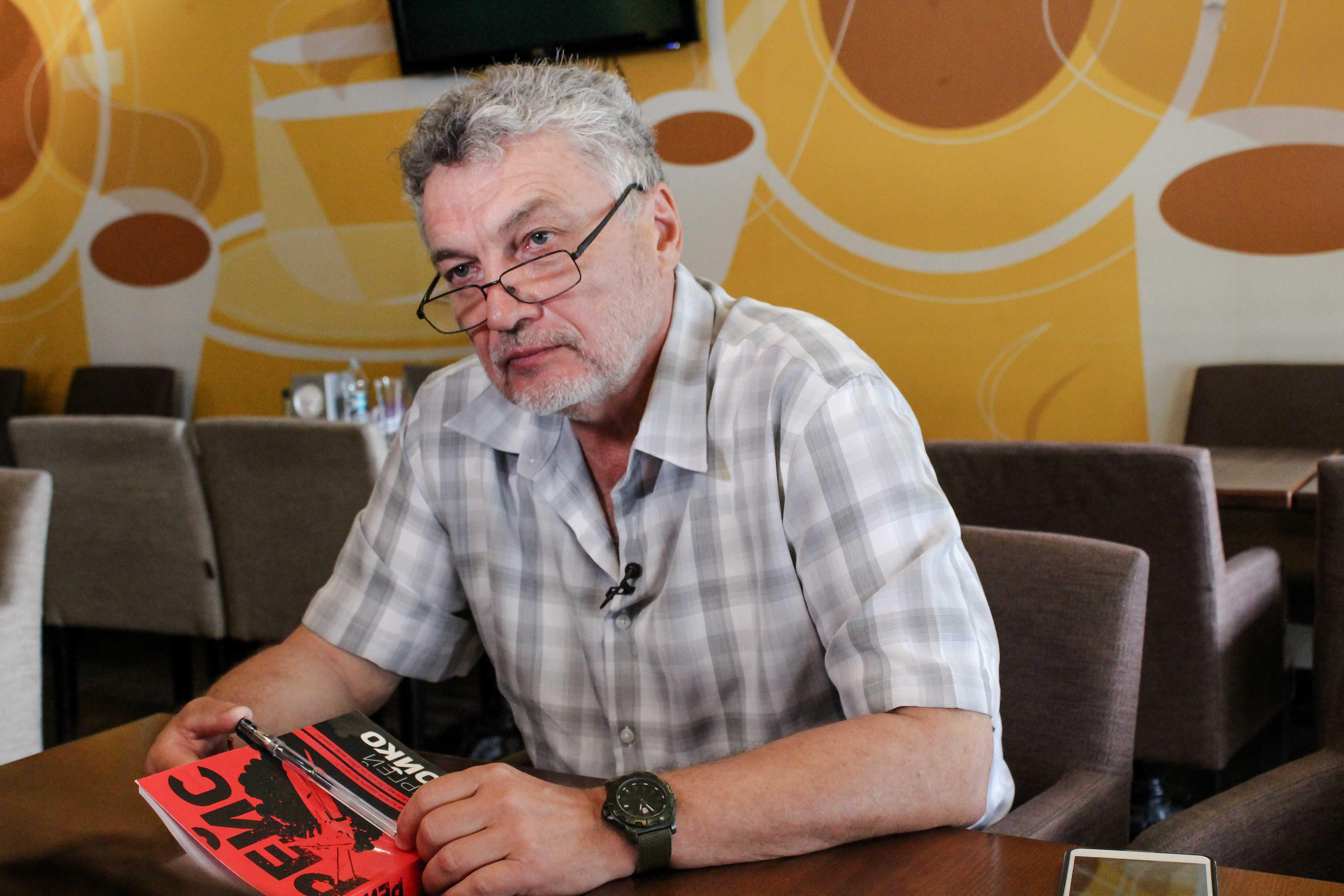 """Автор романів """"Рейс"""" і """"Аеропорт"""" про війну на Донбасі, повернення Криму та путінський режим в Росії"""