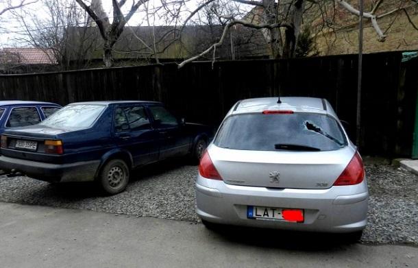 УЗакарпатській області невідомі розбили скло дев'яти автомобілів зугорськими номерами