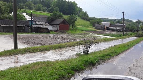 Из-за непогоды под Киевом затопило дороги