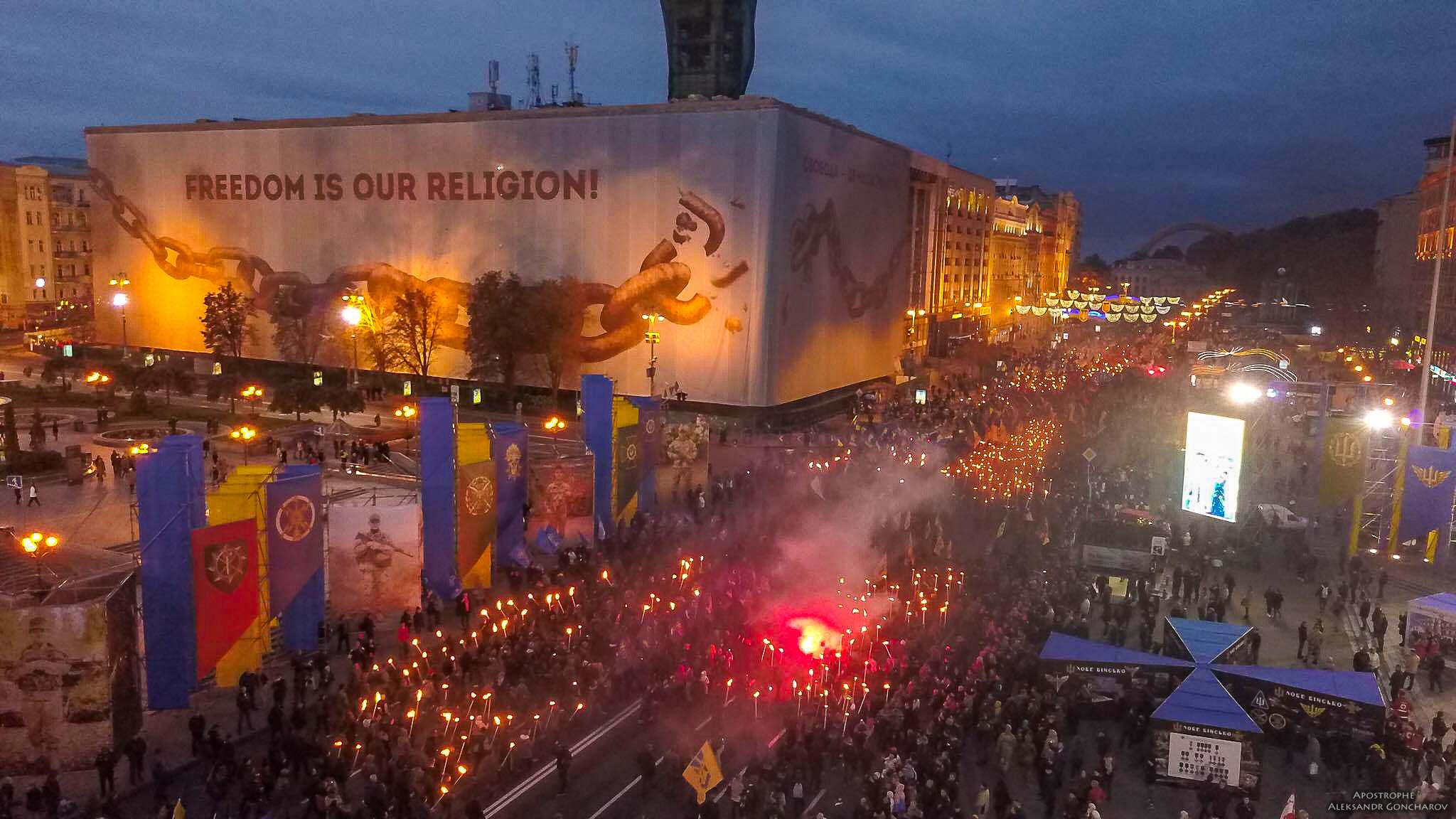 В торжественном марше приняли участие несколько тысяч человек
